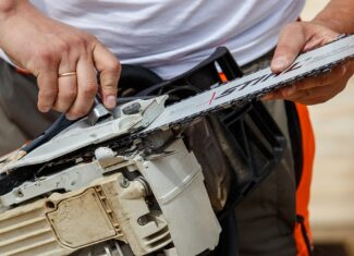 How Tight Should a Chainsaw Blade Be?